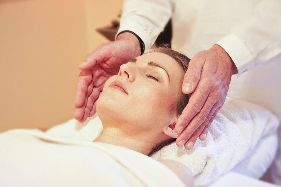 reiki-roke-terapija